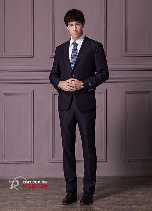 搭配白色的衬衫和深蓝色的领带也别有一番味道
